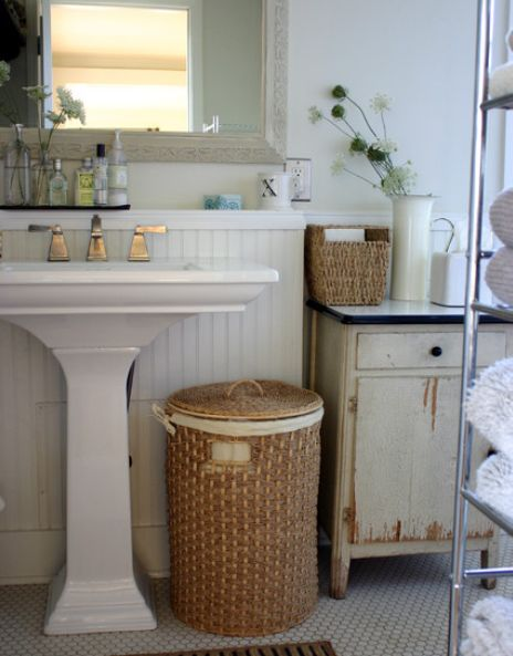wicker-baskets-in-bathroom